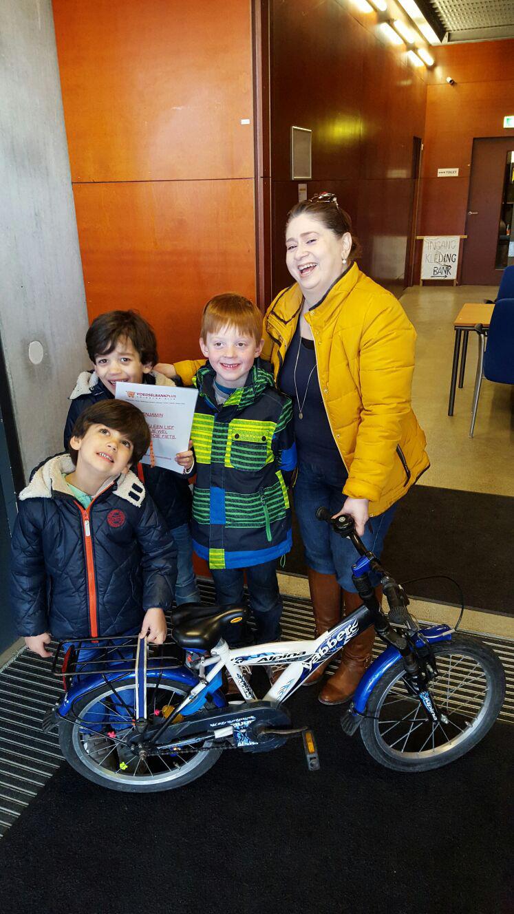 Benjamin doneert zijn fiets aan de voedselbank